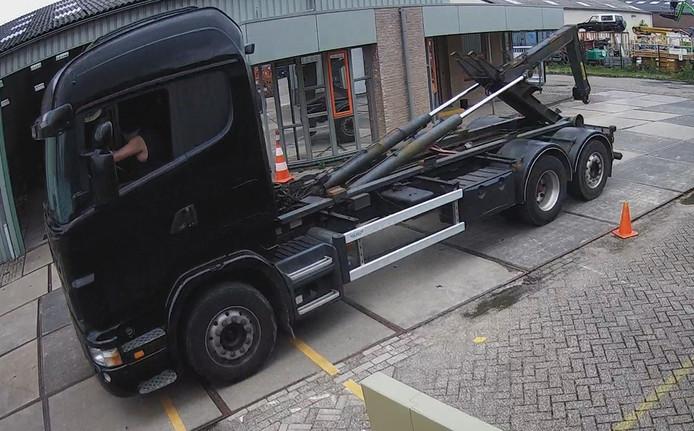 Een beeld van een bewakingscamera, waarop te zien is hoe de dieven een bedrijventerrein op komen rijden, vlak voor ze de container opladen.