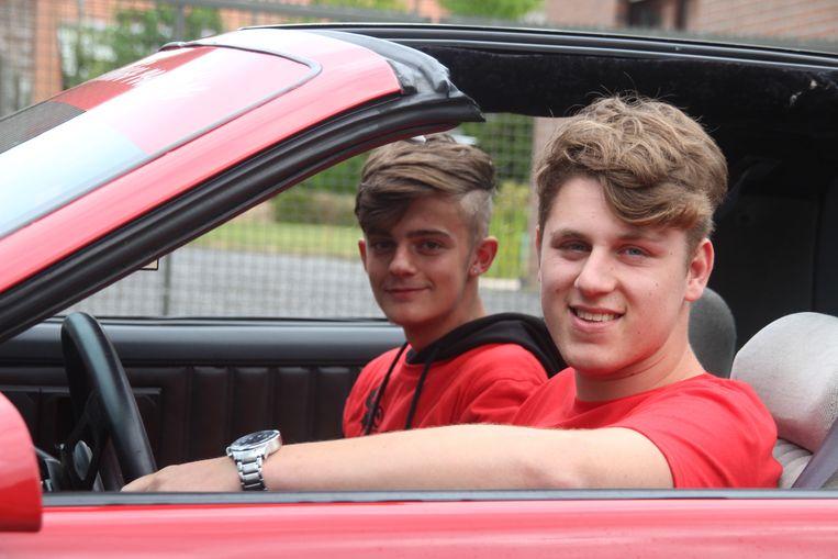 Vrienden Vic Vandendorpe (19) en Massimo De Boever (16) in de rode Pontiac Firebird
