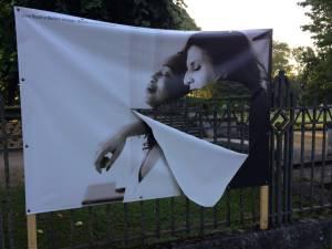 """Une exposition vandalisée en France: """"Un climat LGBTphobe"""""""