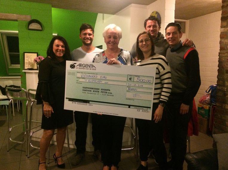 Ook Karoline Wittock van 'tKlepelken mocht een cheque van 500 euro in ontvangst nemen van de Viva Foundation 9120.