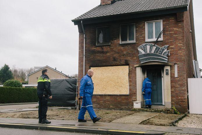 Het huis van het prinsenpaar in het Limburgse Holtum heeft brandschade. Boven de deur de feestelijke carnavalshoed (de steek).