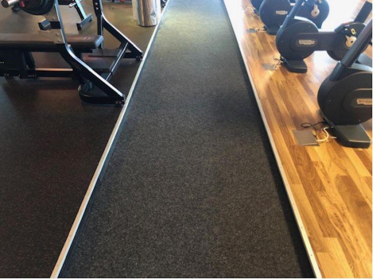 Anders dan op de foto was ten tijde van het ongeval nog geen aluminiumstrip bevestigd op de rand van de verhoging. Beeld Rechtbank Amsterdam