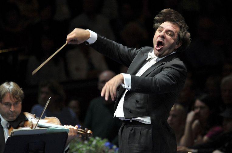 Daniele Gatti dirigeert in de Royal Albert Hall in Londen het Orchestre National de France, waar hij nu nog chef-dirigent is. Beeld HH