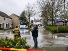 Woningen zonder water door gesprongen waterleiding aan de Elzenhof in Sliedrecht