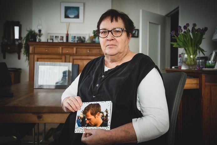 Greet Depauw met een foto van haar zoon Dominique.