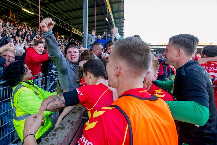 Pieter Langedijk en enkele wisselspelers gaan met de supporters uit z'n dak als de Deventer ploeg een 4-3 voorsprong neemt.