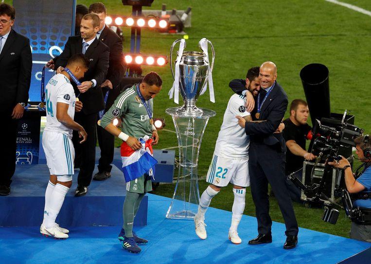 Zinedine Zidane omhelst Isco na de gewonnen Champions League-finale. Beeld Photo News