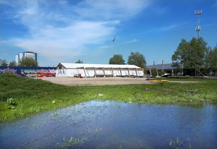 De nog witte muren van het Sfeerstrand, naast The Loods en voetbalstadion, aan de Oostelijke Havendijk in Roosendaal. Foto Alfred de Bruin
