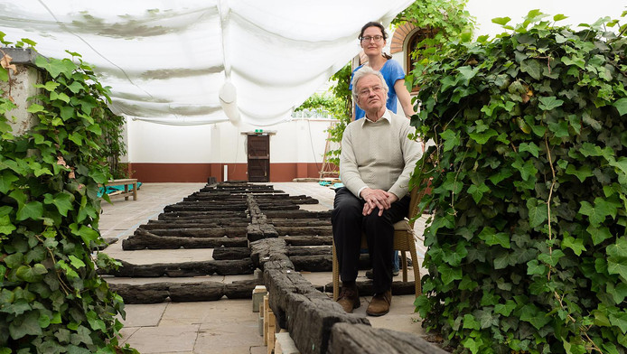 Archeoloog Maarten de Weerd, een van de ontdekkers van de Zwammerdamschepen, ziet na 46 jaar de planken en spanten terug van de Zwammerdam 2. Naast hem staat promovendus Yardeni Vorst.
