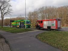 Flink oliespoor op de busbaan door brandende vrachtwagen in Wageningen