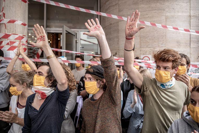 Studenten uiten hun verontwaardiging over de machtsgreep door premier Viktor Orbán. de universiteit vertoont de bezetting trekjes van een anarchistisch zomerfestival.  Beeld Akos Stiller