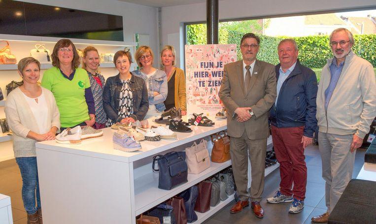 Handelaars en schepenen geven het startschot van de nieuwe winkelactie, bij schoenenhandel Berga in de Kouterstraat.