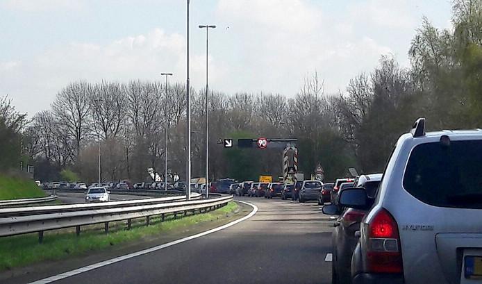 File op de A58 richting Breda door afsluiting voor verplaatsing Philips schoorsteen Foto Florence Imandt