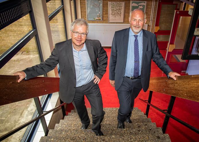 """De huidige interim-directeur Piet Post (links) verlaat het Ashram College. Henk Fledderus neemt het stokje van hem over: """"De school maakt een positieve indruk.''"""