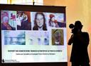 De gestolen schilderijen op een scherm tijdens de persconferentie in het Nationaal Historisch Museum in Boekarest over het wetenschappelijk onderzoek naar de gevonden asresten.