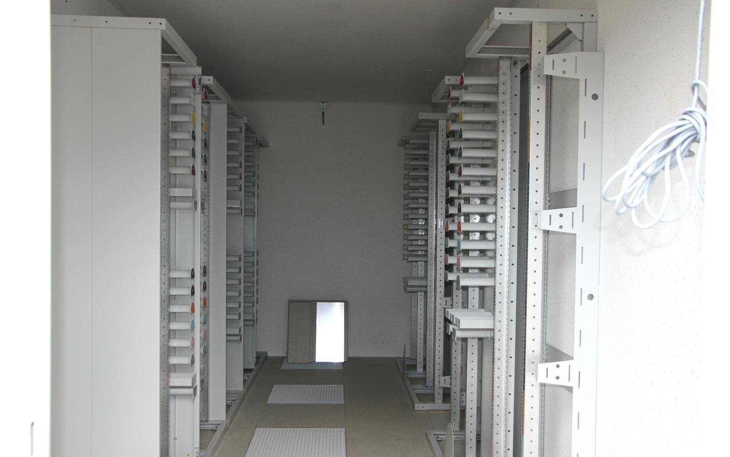 De binnenkant van het schakelstation in Wanroij.