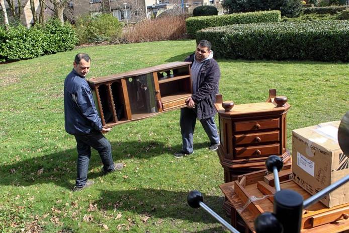 Taghi Razaghi (l.) en Yahya Al Khatib laden de vrachtwagen van Herwonnen Levenskracht uit. Met de meubels worden de vijf appartementen in het Huijbergse St. Margaretha ingericht, die binnenkort door statushouders worden betrokken.