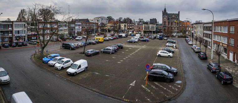 Het Marktplein in Wijnegem, nu nog een grijs plein vol geparkeerde auto's.