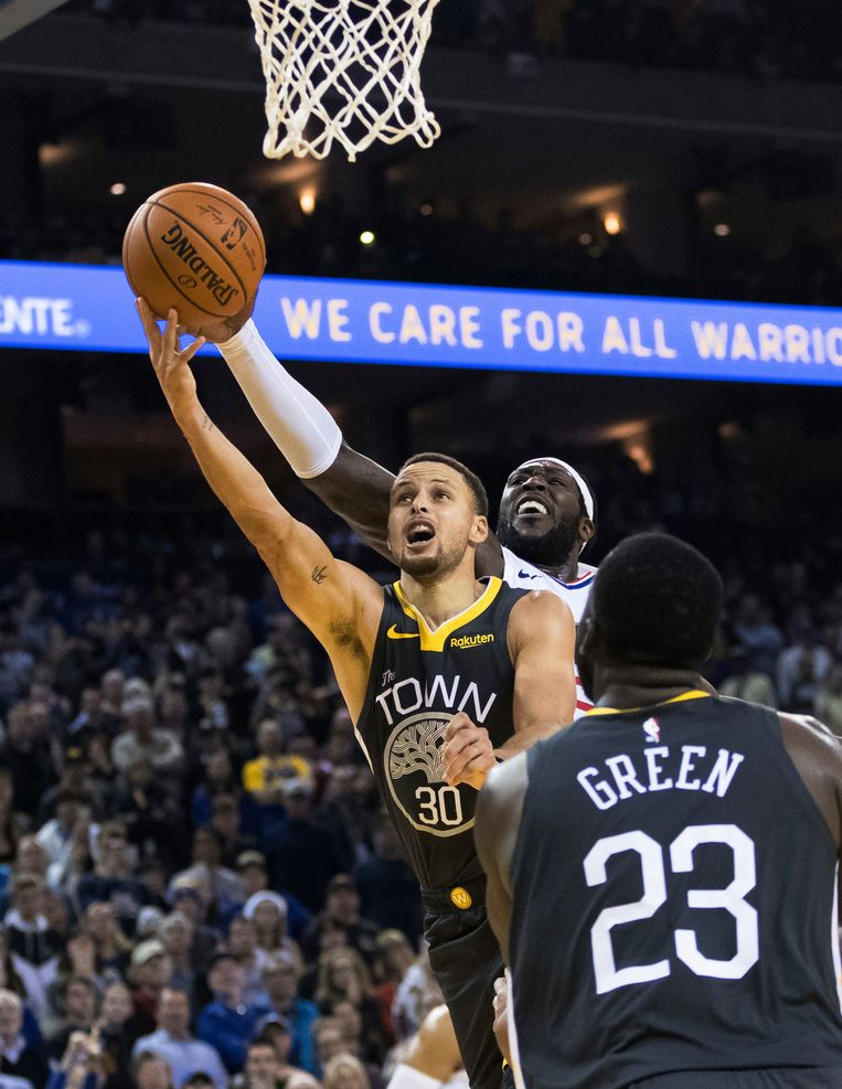 Stephen Curry legt aan voor de winnende lay-up.