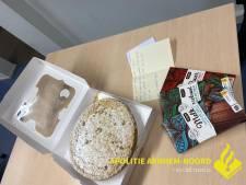 Man (18) uit Zevenaar brengt taart naar politie na belediging van agenten: 'Ik heb er erg veel spijt van'
