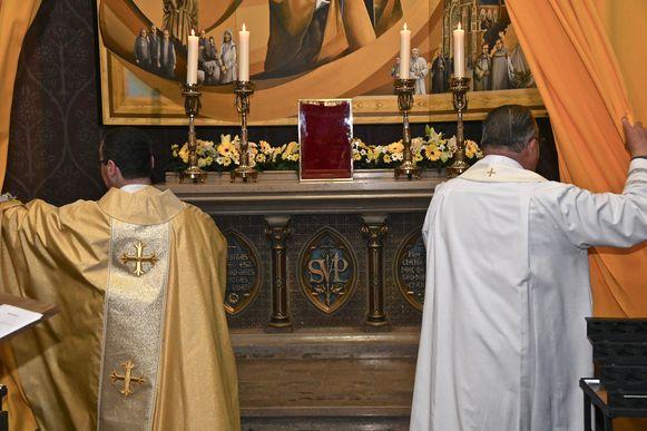 Priesters Wim Vangheluwe en André Monstrey onthulden de kapel.