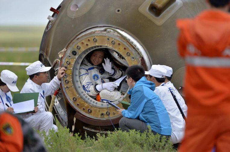 Chinese astronauten na terugkeer met de Shenzhou-10, in 2013 Beeld reuters