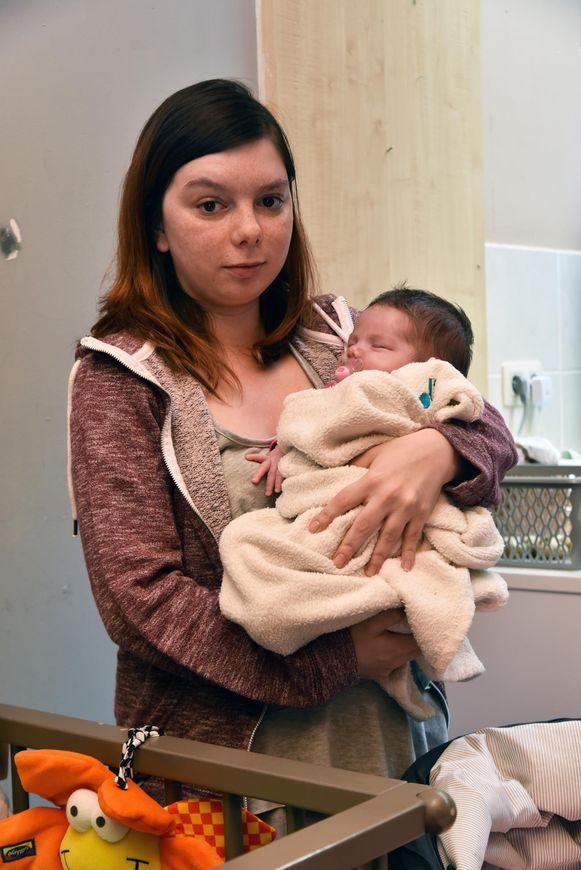 Sara Vermeulen met haar één maand oude baby Esté.
