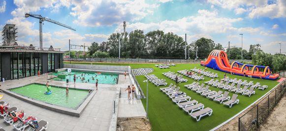 De dubbele buikschuifbaan is sinds zaterdag open, op de ligweide naast de openluchtbaden van zwembad Weide.