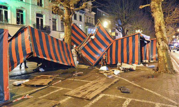 Tijdens de kerstmarkt waaiden enkele tenten om door het stormweer.