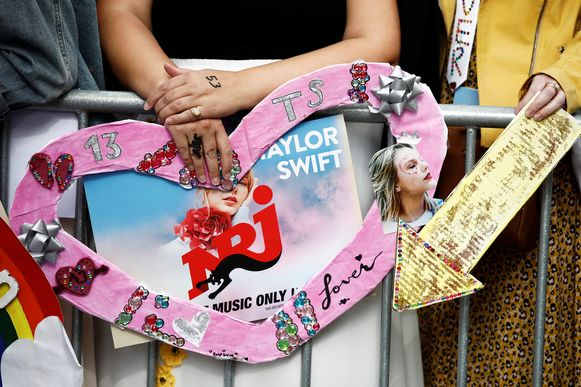 Fans van Taylor Swift wachten buiten het Olympia Theatre op de legendarische zangeres.