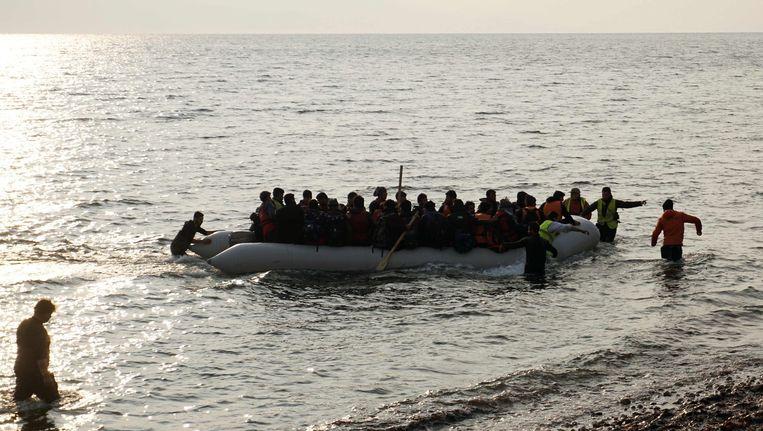Vanochtend vroeg kwam deze boot met vluchtelingen aan op Lesbos Beeld afp