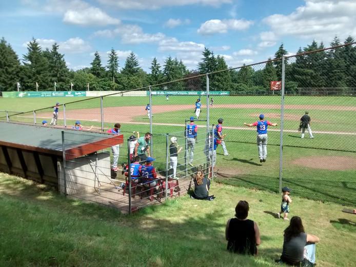 De Amerikaanse honkballers van Student Athlete World vieren een 3-1 zege op Scimistars, waardoor ze de finale tegen Café Jeroen mochten spelen.