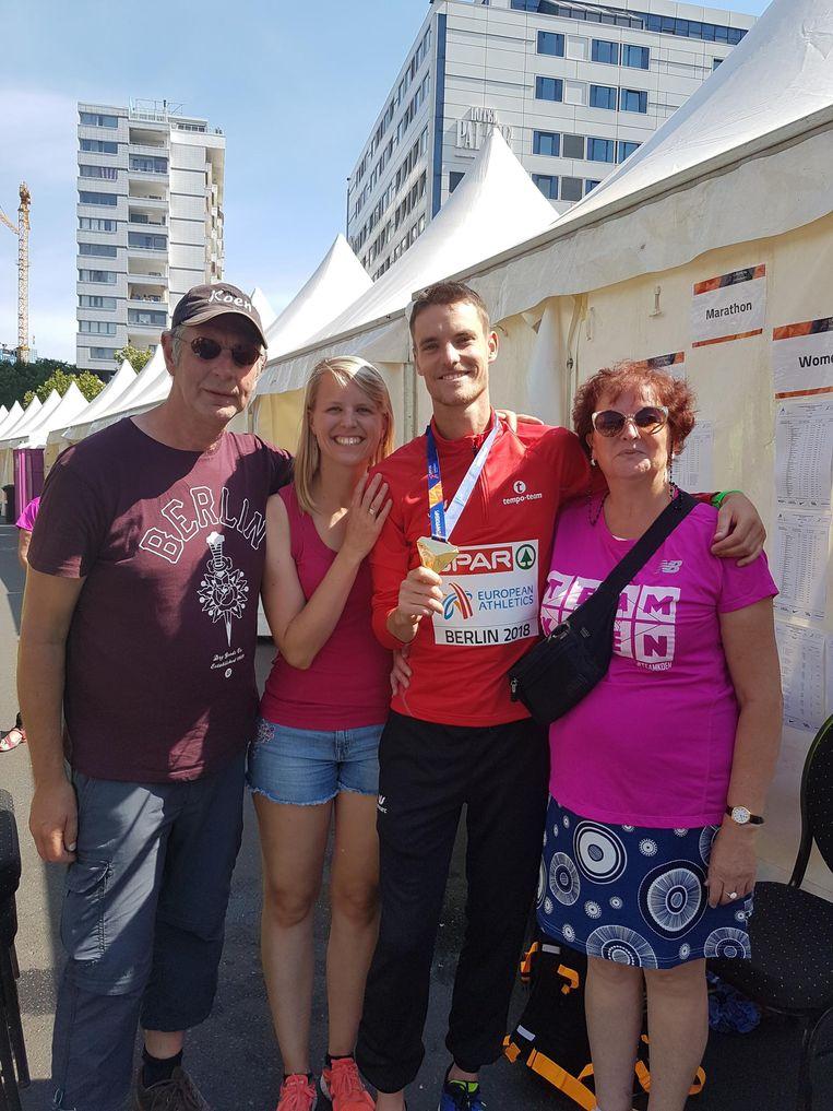 Koen en zijn vrouw Elise geflankeerd door mama Martine en stiefvader José in Berlijn na de overwinning.