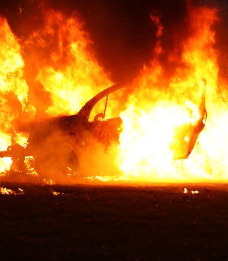 Opnieuw auto in vlammen op in Oss, ditmaal in Staringstraat
