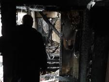 Ontsnapt aan de vlammen, kiest Arie de vuurdood