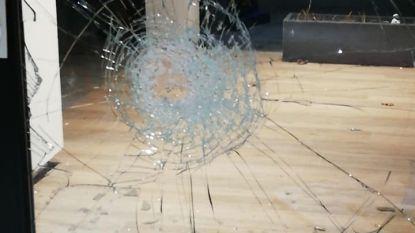 Inbrekers houden lelijk huis: tal van ruiten uitgeslagen