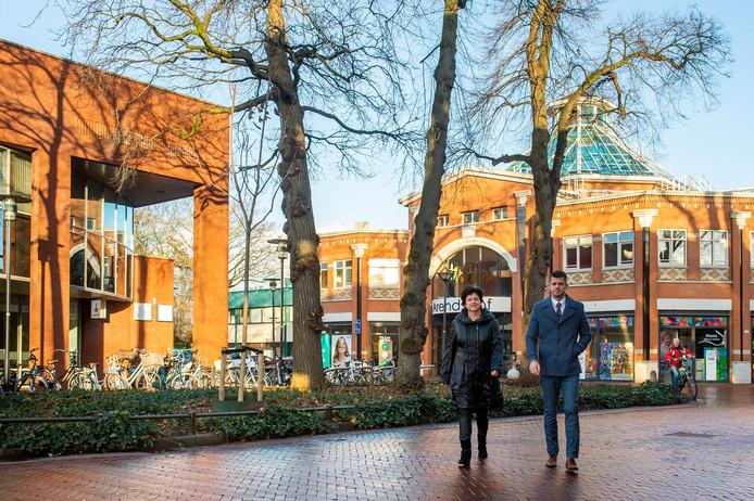 Wethouders Robin van der Helm en Marian Witte. Links het gebouw van de Rabobank en rechts het deel van Arendshof. Op die locaties komen woontorens. Pix4Profs/René Schotanus