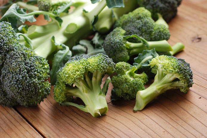 Broccoli zit gezonde stoffen en je kunt de groente helemaal gebruiken.