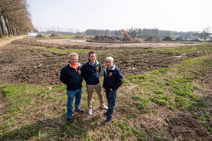 Philip Tijhuis, Mark van den Dijk en Jannes Schulenburg  (vanaf links) bij de skeelerpiste annex schaatsbaan in aanleg aan de Opbroekweg in Rijssen.