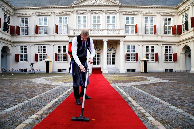 Voorbereidingen rondom bij paleis Noordeinde, waar later op de dag het nieuwe kabinet wordt gepresenteerd. Beeld anp