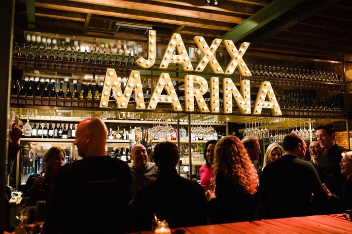 Kees Lankhaar (derde van links) in het nieuwe restaurant Jaxx Marina.