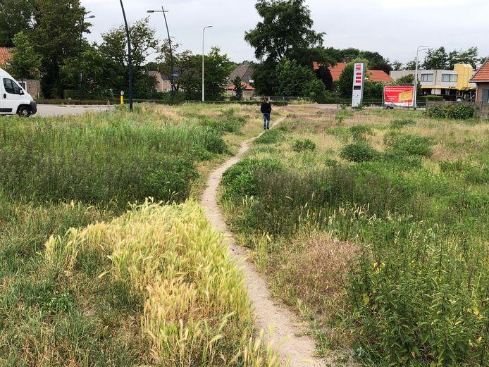 Hier komt het nieuwe complex te staan. Op het braakliggende terrein aan de Hobostraat is in de loop der jaren al een olifantenpaadje ontstaan. Rechts ligt het tankstation.
