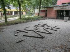 Zwolse hangjeugd zegt het met stenen: all cops are bastards