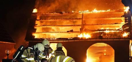 Vlammenzee legt garage in Dedemsvaart volledig in de as