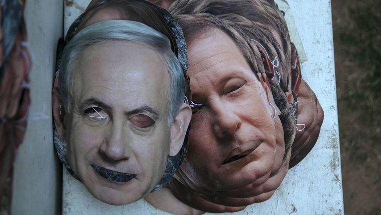 Maskers van Benjamin Netanyahu (links) en Isaac Herzog (rechts) liggen op de grond na een verkiezingsbijeenkomst in Tel Aviv. Beeld reuters