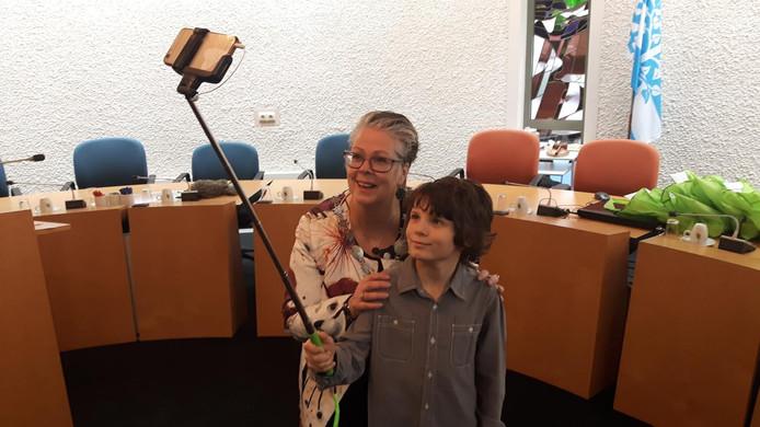 Jeugdburgemeester Melvin kreeg een selfiestick die met burgemeester Zwijnenburg getest moest worden.
