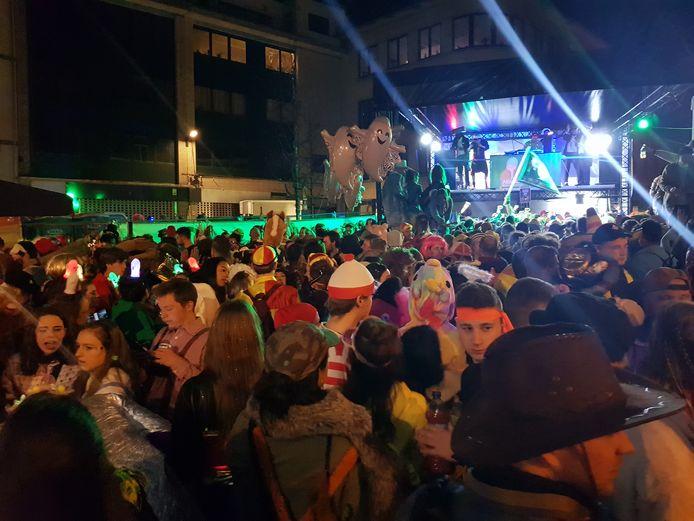 Op de Beestenmarkt werd stevig gevierd tijdens de eerste dolle nacht van Carnaval Halle.