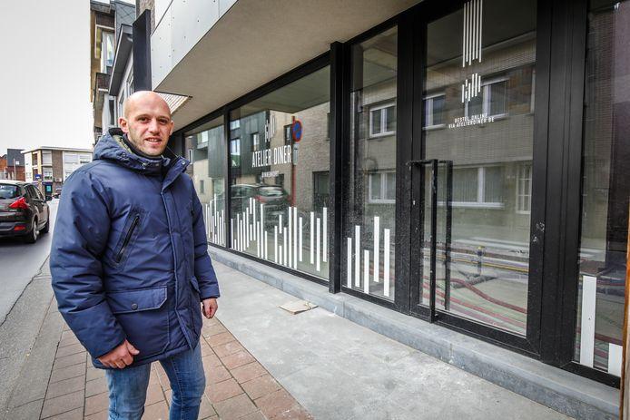 Philip Nelen bij het pand van Atelier Diner in de Knesselarestraat in Oedelem.