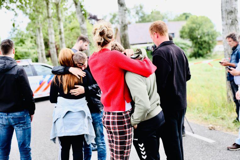Omstanders bij de afzetting bij de Middendijk tijdens de zoektocht naar het vermiste meisje uit Epe.  Beeld ANP