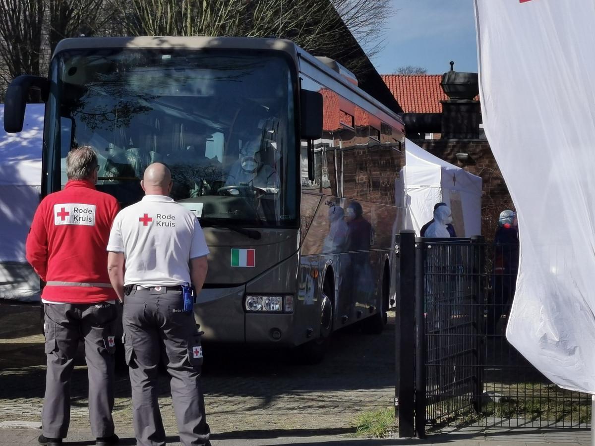 Leden van het Rode Kruis en Italiaanse militairen begeleidden de overstap.